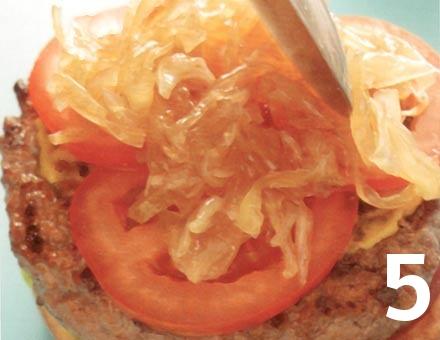 Preparacion de Clásica Hamburguesa con Relish de Cebolla - Paso 5