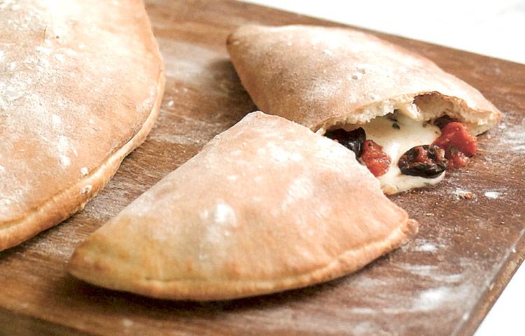 Receta de Cocina paso a paso: Calzone de Tomate y Mozzarella