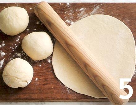 Preparacion de Calzone de Tomate y Mozzarella - Paso 5