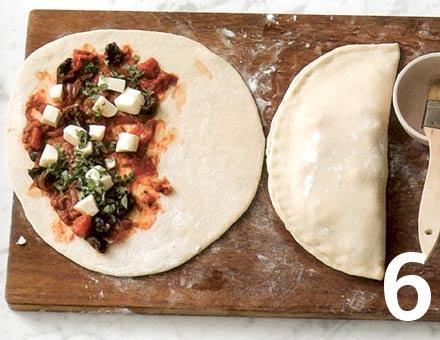 Preparacion de Calzone de Tomate y Mozzarella - Paso 6