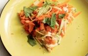 Preparación de Tortilla de Zapallo Italiano, Zanahoria y Tomate