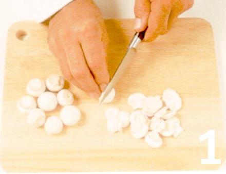Preparacion de Receta de Cocina: Fideos con Tomate y Champiñones - Paso 1