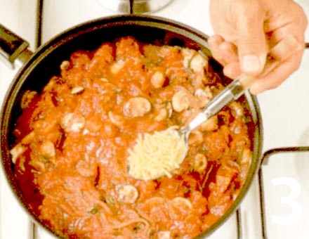 Preparacion de Receta de Cocina: Fideos con Tomate y Champiñones - Paso 3