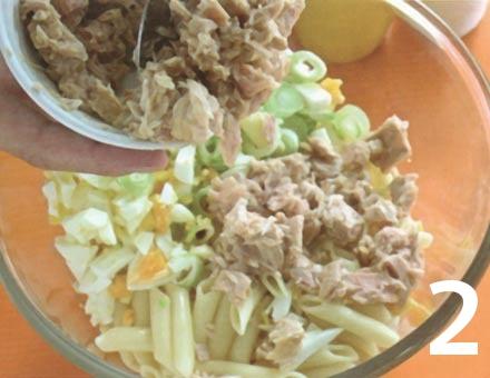 Preparacion de Ensalada de Pasta con Atún y Huevo - Paso 2